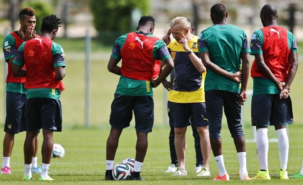 Сборная Камеруна с тренером / REUTERS