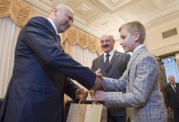 Сын Александра Лукашенко преподнес подарок Александру Турчин…