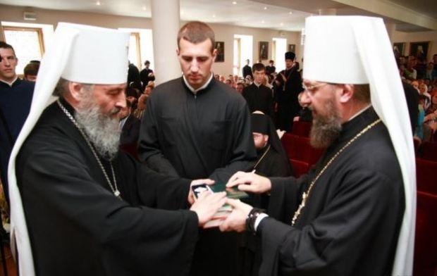 Митрополит Онуфрий и митрополит Антоний вручают дипломы