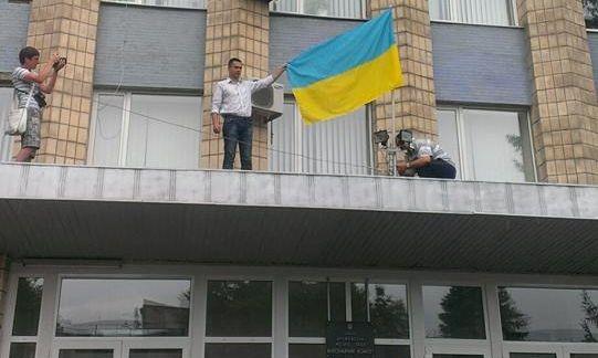 Над Дружковским горсоветом подняли флаг Украины