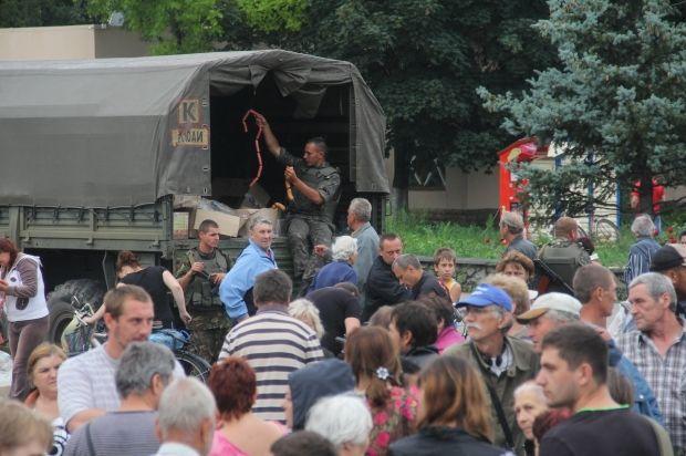 Военные привезли в Славянск гуманитарную помощь / facebook.com/anton.petrukov