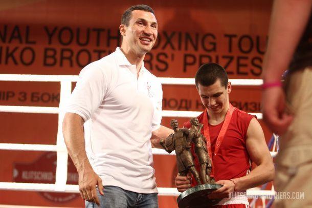 Виктор Петров получил приз лучшего боксера турнира из рук Владимира Кличко / klitschko-brothers.com