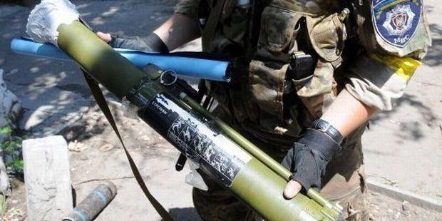 Боец Национальной гвардии демонстрирует российский гранатомет в Славянске / УНИАН