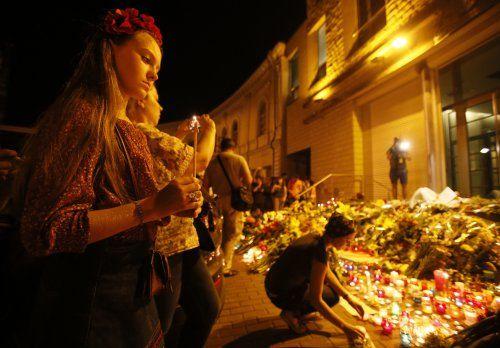 Киевляне принесли цветы и свечи к посольству Нидерландов. 17 июля. Фото УНИАН.