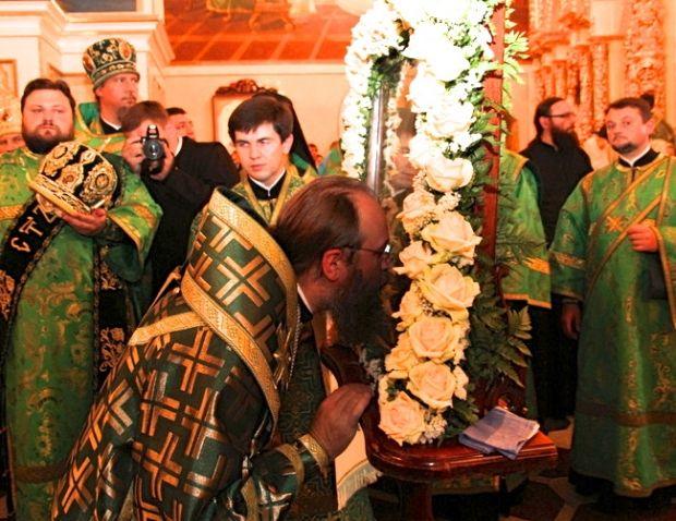 Митрополит Антоний прикладывается к иконе Антония Печерского на вечерней службе в Киево-Печерской лавре, 22 июня 2014 г.