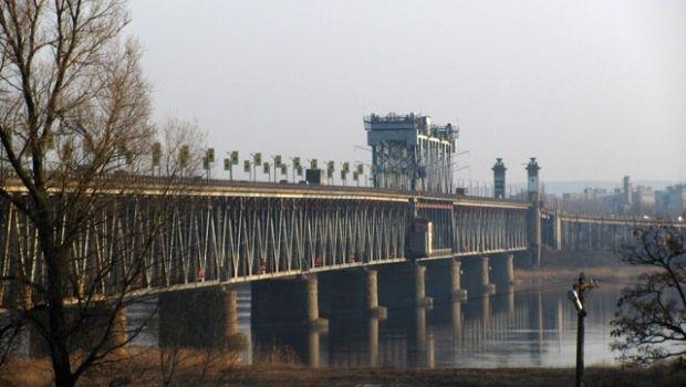 Мост через Днепр соединяет Кременчуг и Крюков / Фото: Евгений Асауленко