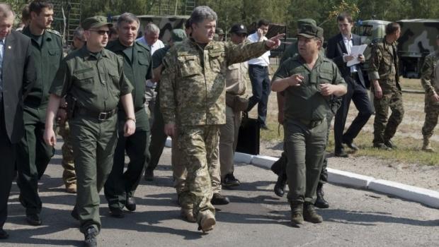 Порошенко ініціює звільнення від квартплати сім'ї мобілізованих військових / Фото УНІАН