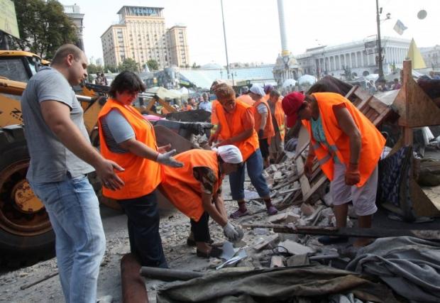 Коммунальщики пытаются провести уборку на Майдане / фото УНИАН