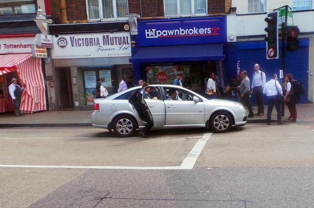 Глава Скотленд-Ярда поймал двух грабителей во время интервью / BBC London