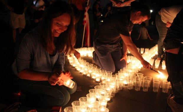 Мирослава Гонгадзе запалює свічку / Фото Віталія Дубіля / facebook.com