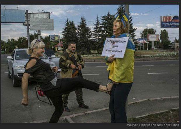Побиття прив'язаної до стовпа жінки в Донецьку / Mauricio Lima / New York Times