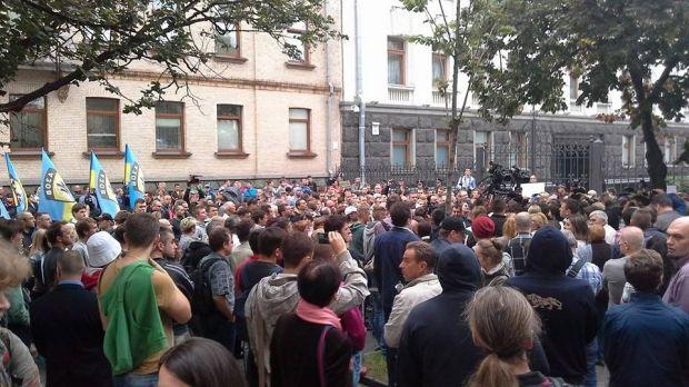 Люди пикетируют АП с требованием помощи окруженным бойцам