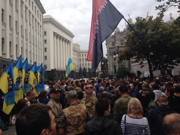 На Банковой люди требовали помощи для украинской армии под Иловайском / facebook.com/valchyshyn