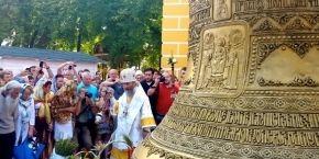 На колокольню Киево-Печерской лавры установили 7-тонный колокол (фото, видео)
