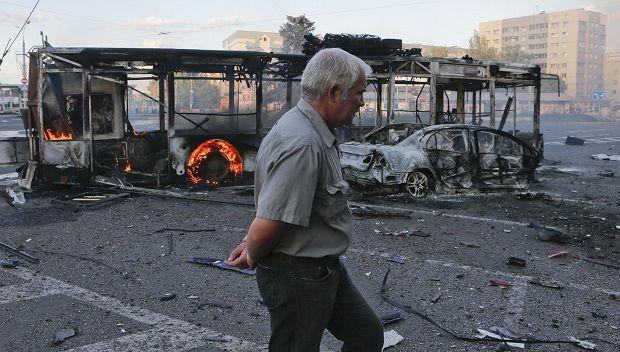 При попадании снаряда в автобус в Донецке погибла женщина
