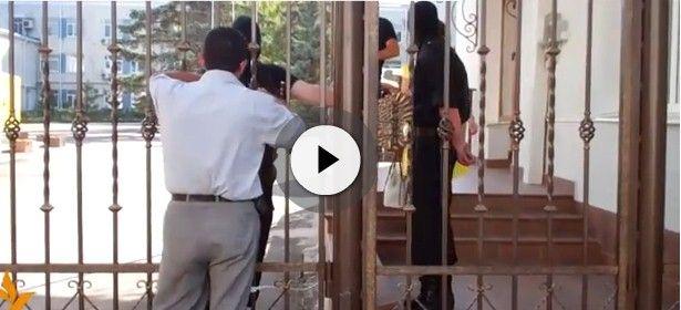 Люди в масках заблокировали здание / Крым.Реалии