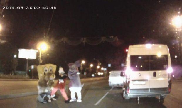 Ростовые куклы избили водителя