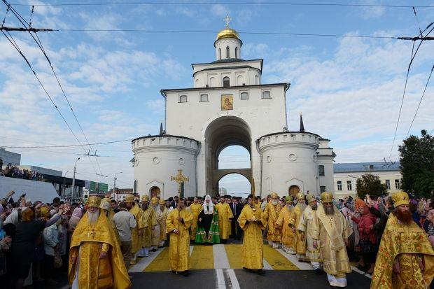 крестный ход от Золотых ворот к Успенскому кафедральному собору.