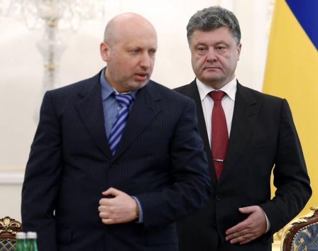 Турчинов підписав закон прямо на брифінгу / Фото: УНІАН