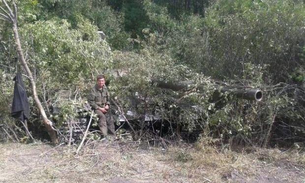 Сидоренко сидит на захваченном и замаскированном трофейном российском танке / Юрий Бутусов / Facebook