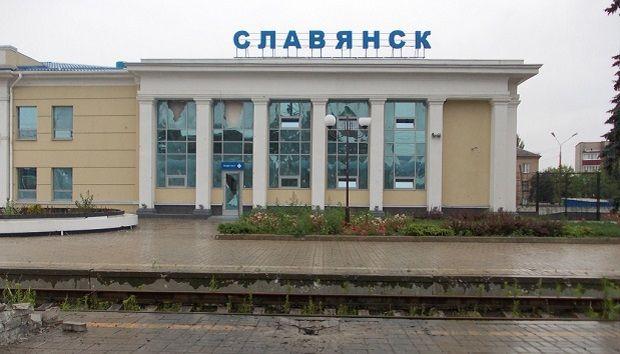 Разрушенный боевиками вокзал Славянска