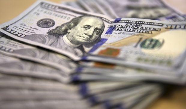 Банк России продал миллиард долларов за несколько минут, спасая рубль