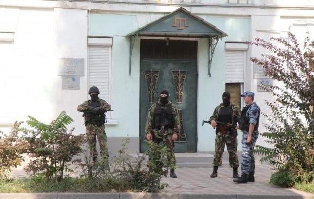 Двух молодых людей похитили неизвестные в камуфляже / Обыск Меджлиса, Фото УНИАН