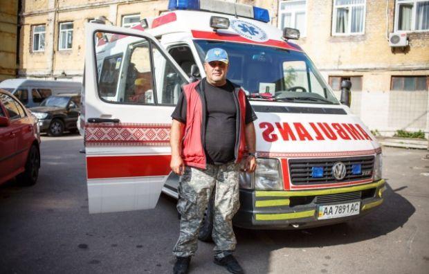Волонтер Армен Нікогосян зі своєю волонтерською швидкою допомогою, а якій він вивозить поранених / Фото Дмитро Ларін, УП