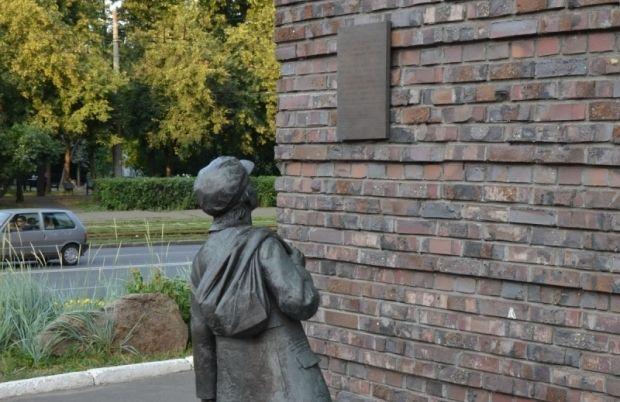 Пам'ятник хлопчику, що читає оголошення для євреїв