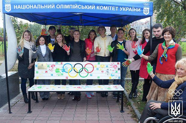 Провідні українські спортсмени залишили відбитки долоней на лаві / noc-ukr.org