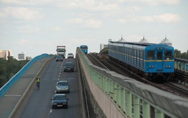 Движение по мосту Метро ограничат / УНИАН