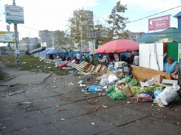 Всі виходи та дороги біля станції перетворилия на смітник і кладовище МАФів / 1551.gov.ua