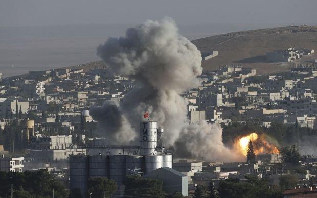 Пожар, который начался в городе после ракетно-бомбовых ударов самолетов США / REUTERS