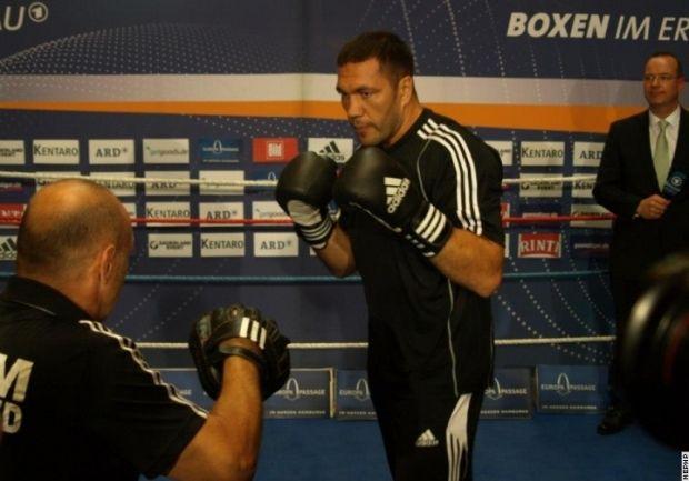 Отто Рамин (слева) не сомневается в травме Кличко / sport-xl.org