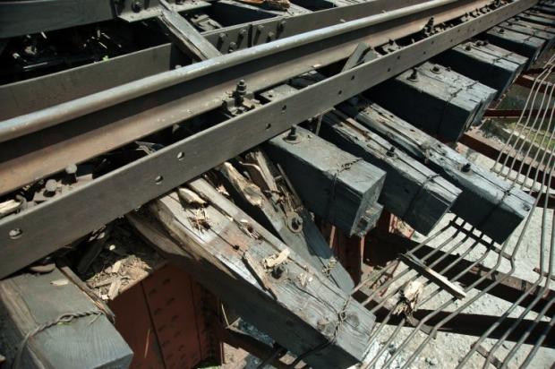 Последствия взрыва на железнодорожном мосту на выезде из города Орехов Запорожской области / УНИАН