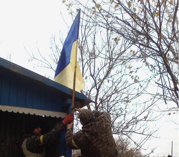The Ukrainian flag is raised over Krymske / Press service of Luhansk Regional State Administration