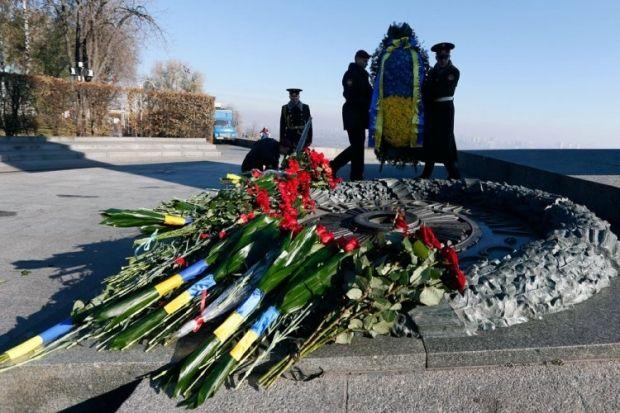 Вечный огонь на Могиле Неизвестного солдата в Киеве, 28 октября. Фото Андрея Скакодуба / POOL / УНИАН