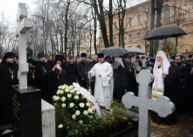 литию на могиле митрополита Никодима (Ротова).  Фото: С. Власов
