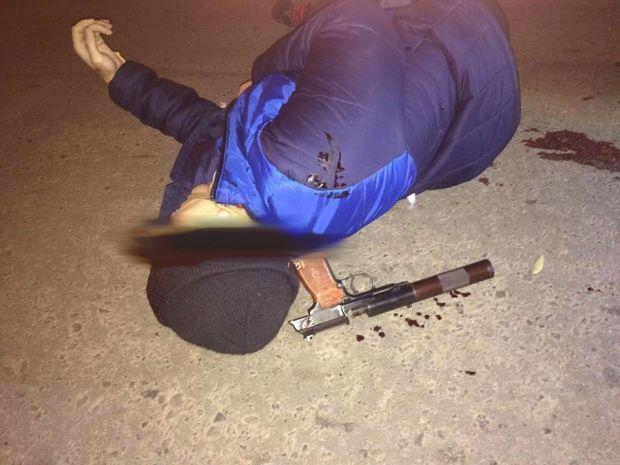 Уничтоженный профессиональный агент российских спецслужб, пистолет с глушителем на шее / Юрий Бутусов