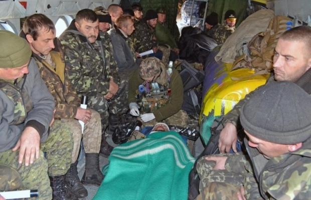 Транспортировка раненых / Фото: УНИАН