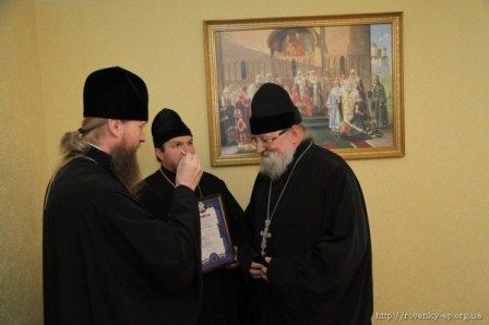 Епископ Ровеньковский и Свердловский Пентелеимон награждает отца Александра