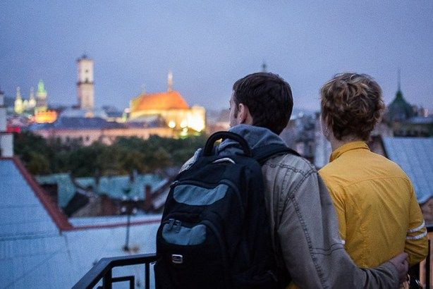 Двоє закоханих на даху будинку під час фестивалю «Ніч у Львові». Фото: afishalviv.net