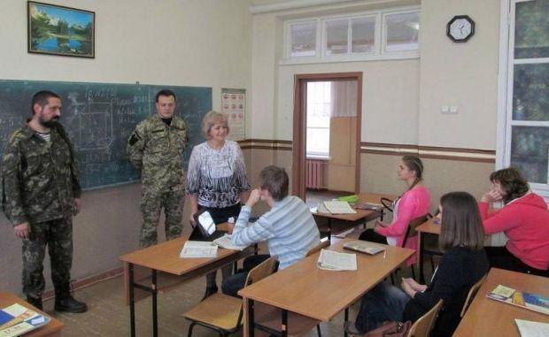 Захисники Маріуполя навідалися до шкіл / Міноборони України