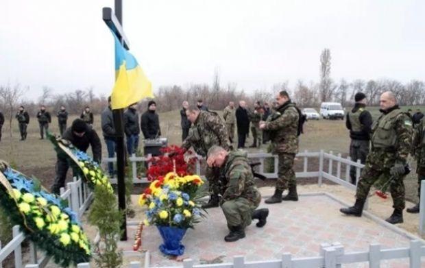 Бійці вшанували пам'ять екіпажу вертольота МІ-8 / ГромадськеТВ