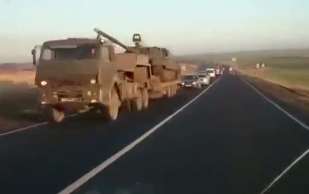The video shows Russian tanks being transported in the direction of Ukraine / screenshot from video