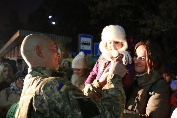 У Києві дві сотні людей вийшли зустрічати