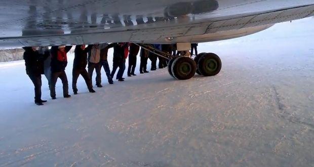 Люди в России толкали самолет / youtube.com