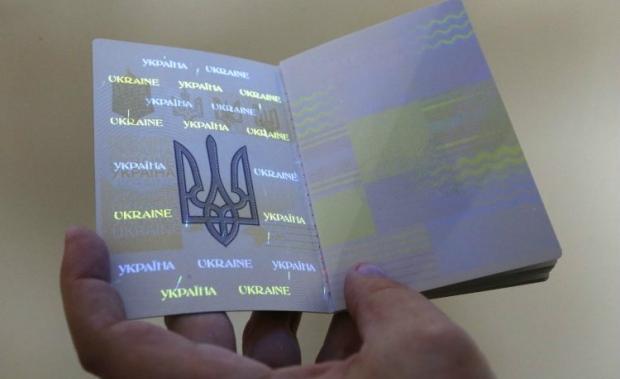 Биометрический загранпаспорт будет выдаваться на 10 лет / Фото УНИАН