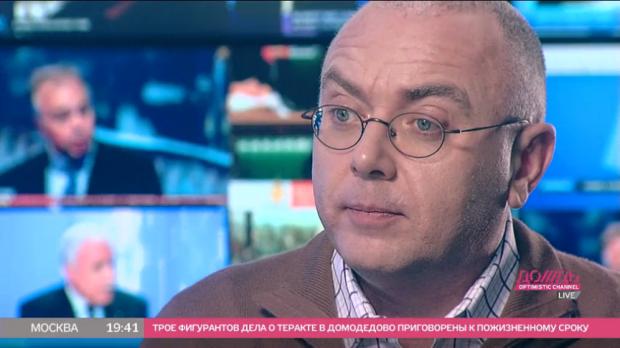 Телеведущий Павел Лобков сидит на стуле там, где когда-то была просторная гостиная / tvrain.ru