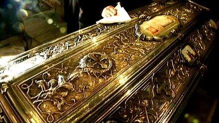 «Ходящий» святой – бархатные башмачки, одетые на его ступни, изнашиваются, и несколько раз в год их заменяют новыми.
